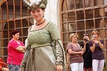 Za doprovodu francouzských šansonů defilovala desítka modelů, která veřejnosti předváděla historické a divadelní klobouky salonu Meluzína Báry Semerádové z Kutné Hory.