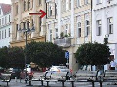 Muž vypadl z druhéha patra domu vedle sídla České pošty.