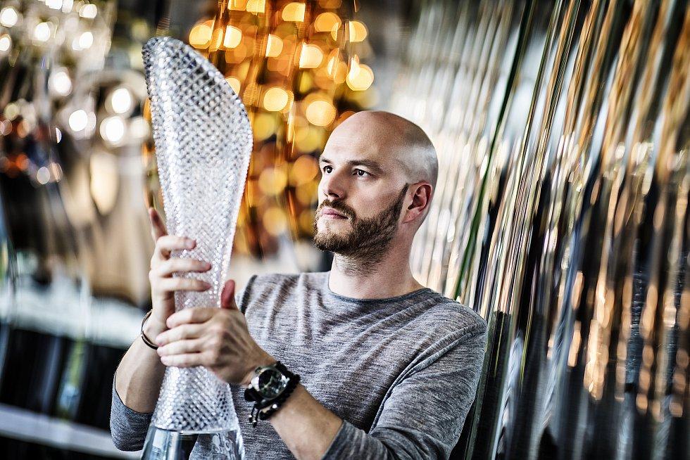 Trofeje pro cyklistický závod Tour de France opět vznikly na Českolipsku. Podobu jim dali místní skláři i designér Peter Olah.