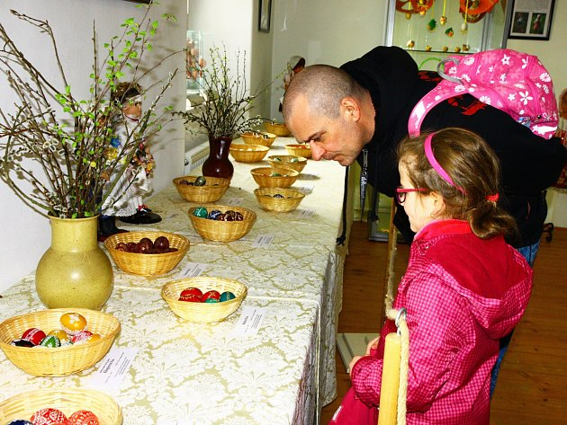 Výstava kraslic a krojů v Městském muzeu v Mimoni.
