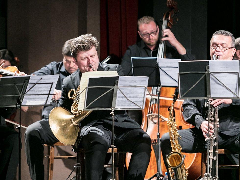 Lípa Musica nabídla na státní svátek 28. října v Městském divadle v Novém Boru slavnostní setkání s Radkem Baborákem a jeho Orquestrinou.
