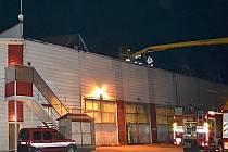 Ve čtvrtek večer zasahovalo sedm jednotek hasičů u požáru průmyslového objektu v obci Noviny pod Ralskem.