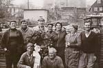 ROK 1978. Zaměstnanci Střediska sadů Svojkov po sklizni při dočesné. Na rozloze 66 ha sklízeli až 300 000 kg ovoce ročně.archiv Jiřiny Tomšové