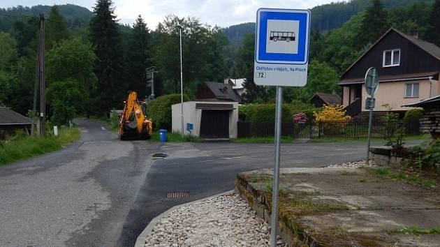 Nové označníky již zdobí zastávky příměstské autobusové dopravy v kraji.