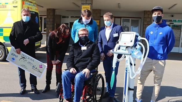 Slovan a Preciosa předaly nemocnici šek na 1 200 000 Kč.