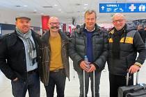 Fin Markku AlénN (na snímku třetí zleva), legendární jezdec rally, který se zúčastní víkendového Setkání mistrů na autodromu v Sosnové, už je v Čechách. Hvězda rally 80. let přistála na pražském letišti Václava Havla ve čtvrtek večer.