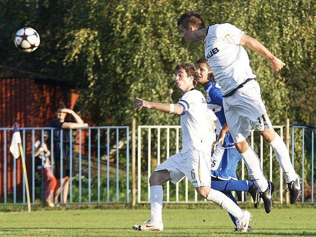 Potřetí za sebou vyhrála českolipská záloha (bílé dresy) v letošním ročníku krajského fotbalového přeboru, když otočila výsledek s Hrádkem B.