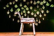 Jeviště milánského Teatra Gerolama, kde probíhala výstava sklářské společnosti Lasvit, ozdobila soška dřevěného koně.