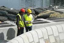 Na novou výpusť Máchova jezera těsně před dokončením se v pátek odpoledne přijel podívat také ministr životního prostředí Richard Brabec (ve žluté helmě).