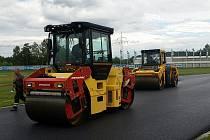 Na autodromu u Sosnové mění celý povrch dráhy. Nový asfalt poprvé vyzkouší hasiči během kurzu Bezpečnostních jízd.