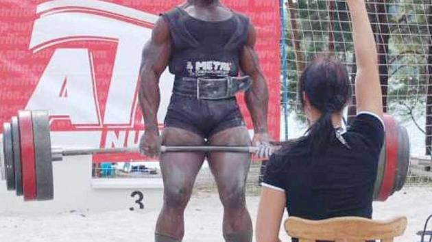Kamerunec Georges Okie.