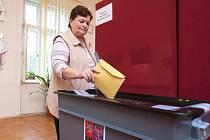 Ve Skalici u České Lípy se občas tvořily před volební urnou fronty.