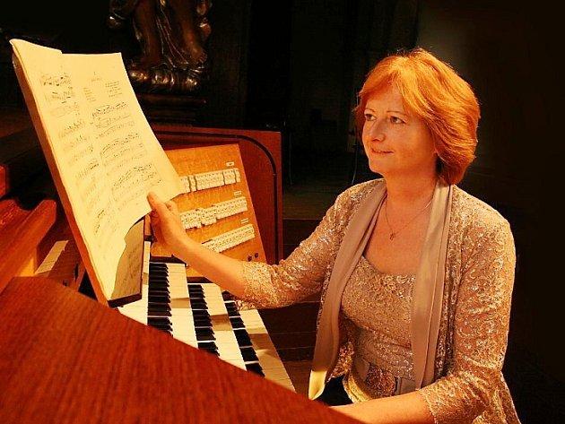 Kariéru Ireny Chřibkové odstartovaly úspěchy na mezinárodních soutěžích. Od té doby vystupovala po celém světě nejen sólově, ale i s dalšími interprety. Založila Mezinárodní varhanní festival.