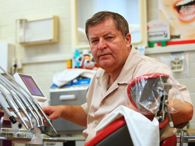 Dostat se do zubařského křesla je na Českolipsku složité. Také známý českolipský a bývalý zastupitel Ladislav Záruba musí některé žádosti odmítat.