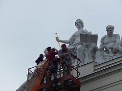 Na střeše Okresního soudu v České Lípě je loňska zrekonstruované sousoší spravedlnosti. Po roce proběhla kontrola, zda je vše v pořádku. Nebylo.