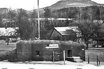 """Pohlednice s mařenickým """"řopíkem"""", malou československou pevností. Právě sem přijel 6. října 1938 Adolf Hitler, aby demonstroval svůj úspěch obsazení pohraničí díky Mnichovské dohodě. Pevnost se nachází na severním okraji Mařenic."""