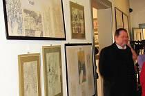 Vernisáž výstavy obrazů Jiřího Šlitra v mimoňském muzeu.