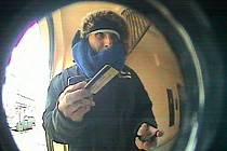 Bezpečnostní kamera zachytila zloděje při výběru peněz. Pozná ho někdo?
