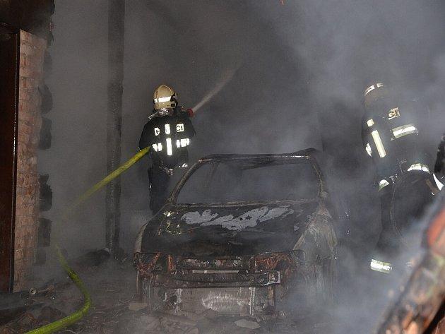 Ve stodole se nacházel osobní automobil s přívěsem, který oheň zcela zničil.
