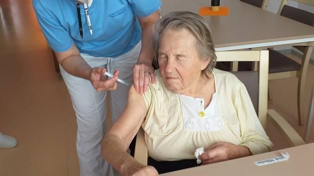 Očkování v českolipském Alzheimercentru.