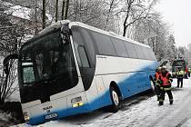 Nehoda autobusu v Břevništi.