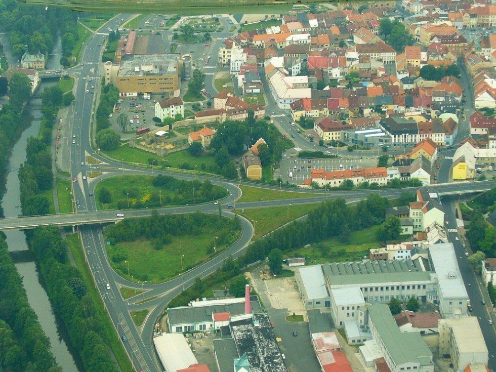Kromě železničního přejezdu v Děčínské ulici, se budou opravovat oba sjezdy ze silnice I/9 do centra České Lípy.