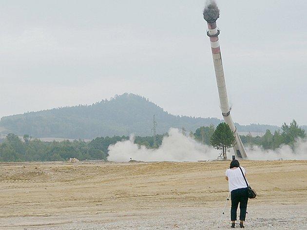 Devětaosmdesát metrů vysoký komín vareálu někdejšího uranového dolu Hamr padl