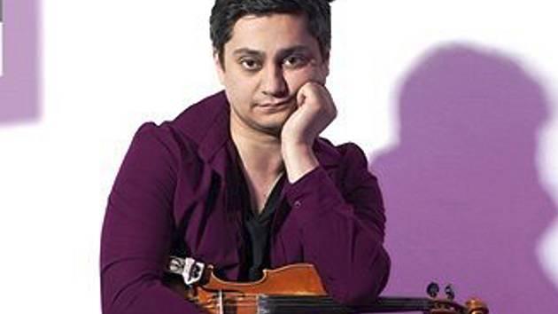 VOJTA LAVIČKA. Oblíbený a známý romský houslista vystoupí v Romském stanu v Novém Boru.