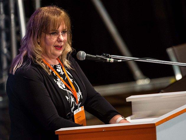 Kandidátka na předsedkyni sociální demokracie Romana Žatecká vystoupila 18. února v kulturním domě Střelnice v Hradci Králové na mimořádném volebním sjezdu ČSSD.