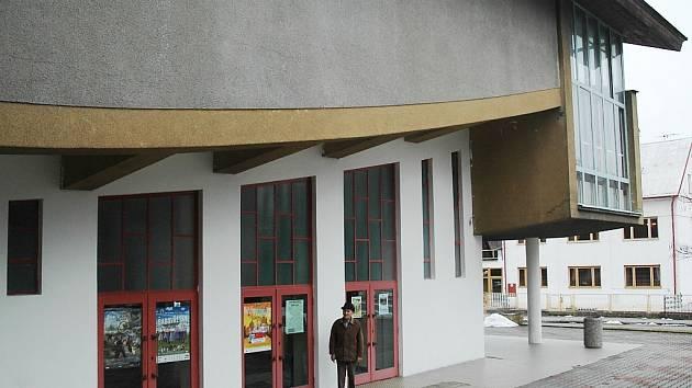 Estetika lodí. To je to, co odborníci nejvíc oceňují na Hubáčkově projektu. Na snímku je Josef Leurich, který v kině Máj dělal promítače od jeho počátků až do roku 2010 a s Karlem Hubáčkem se osobně znal.