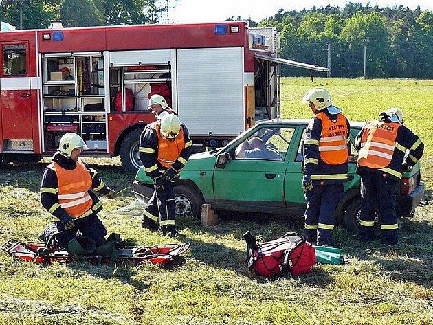 Ryze letní počasí, kdy teploty místy přesáhly dvacet šest stupňů Celsia, přálo dětským radovánkám, které zorganizovali dobrovolní hasiči z Doks.