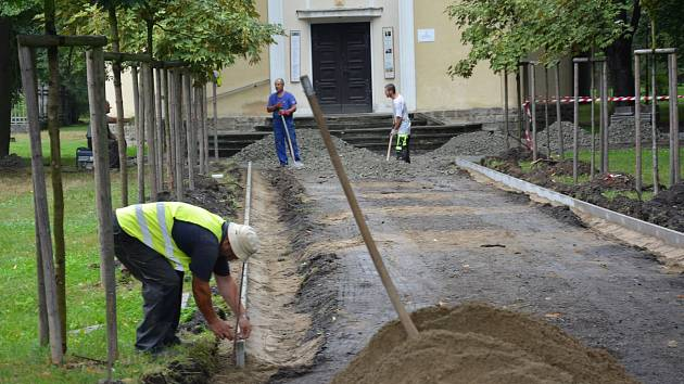 Cestáři upravují příchod ke kostelu Mistra Jana Husa v České Lípě.