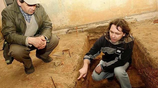 Na projektu rekonstrukce bývalého špitálu se podílí také římskokatolická farnost Mimoň. Na snímku vpravo Petr Jenč, který vede archeologický průzkum ve víceúčelovém sále. Mimoňský farář Václav Horniak (vlevo) se přišel podívat na vykopávky.