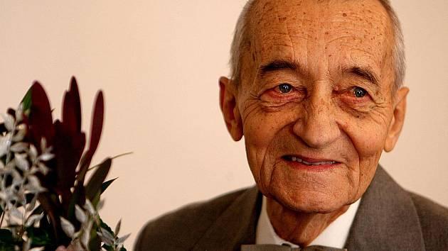 První poválečný ředitel učňovské sklářské školy v Novém Boru, známý sklářský výtvarník Josef Pecina se stal čestným občanem Nového Boru. Jednadevadesátiletý vitální muž je stále výtvarně činný a téměř nevynechá žádnou vernisáž ve městě.