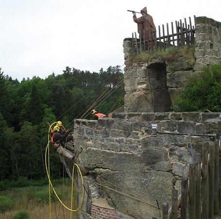 Kpoškozenému místu se lze dostat jen za pomocí horolezecké techniky.