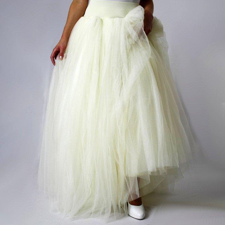 Pod značkou Debonaire se prodávají například nádherné dámské svatební i společenské šaty, tahounem značky jsou sukně a velkým hitem posledních týdnů jsou fitness sukně.