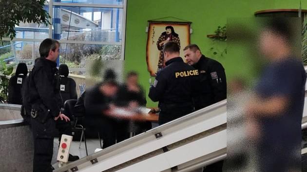 Policejní kontrola v jedné z českolipských firem, která zaměstnává necelých devadesát cizinců. Celníci s cizineckou policií udělali důkladnou kontrolu všech zaměstnanců.