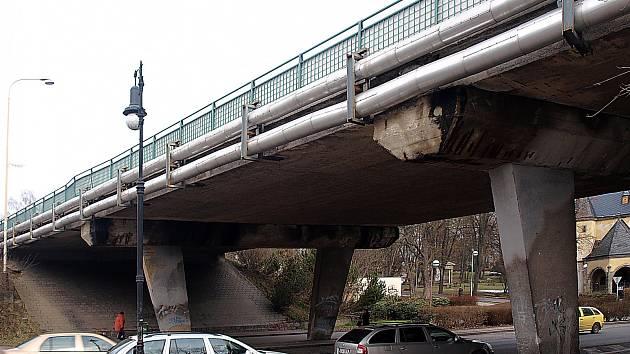 Most přes Moskevskou ulici potřebuje po 44 letech od stavby komplexní rekonstrukci.