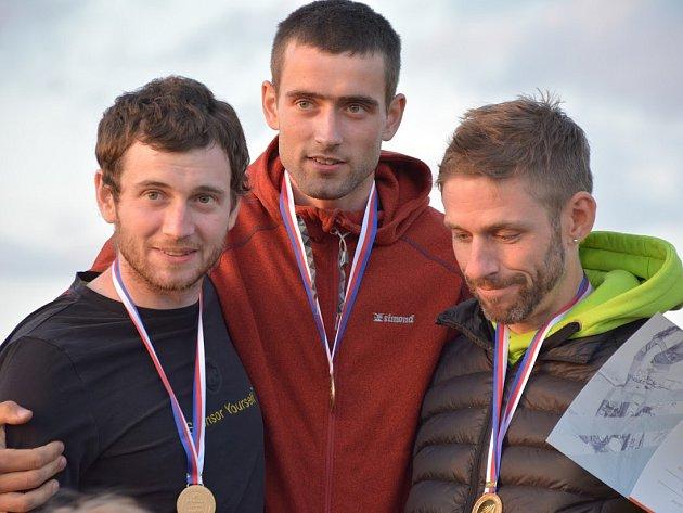 Bogar byl v sobotu dopoledne nejrychlejší ve sprintu a po poledni přidal další titul ve štafetě společně se svými týmovými kolegy Janem Svobodou a Františkem Bogarem.