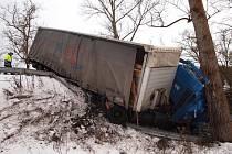 Na více jak deset hodin musela být včera úplně uzavřena silnice I/9 z Jestřebí na Mělník kvůli nehodě kamionu, který dostal na ledu smyk. Problémy na silnicích jsou kvůli sněhu a ledu i dnes.