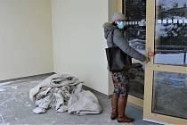 Nezisková organizace Rodina v centru se zatím tísní v nevyhovujících prostorách bývalé nemocnice v Novém Boru. Brzy se ale přestěhuje do nového. Stavbaři už dokončují jejich Dům rodiny. Stavbu mají předat 17. března.
