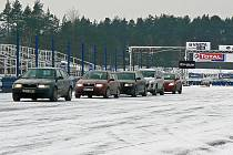 Kurzy bezpečné jízdy s odečtem trestných bodů absolvovalo v Sosnové tři sta řidičů.
