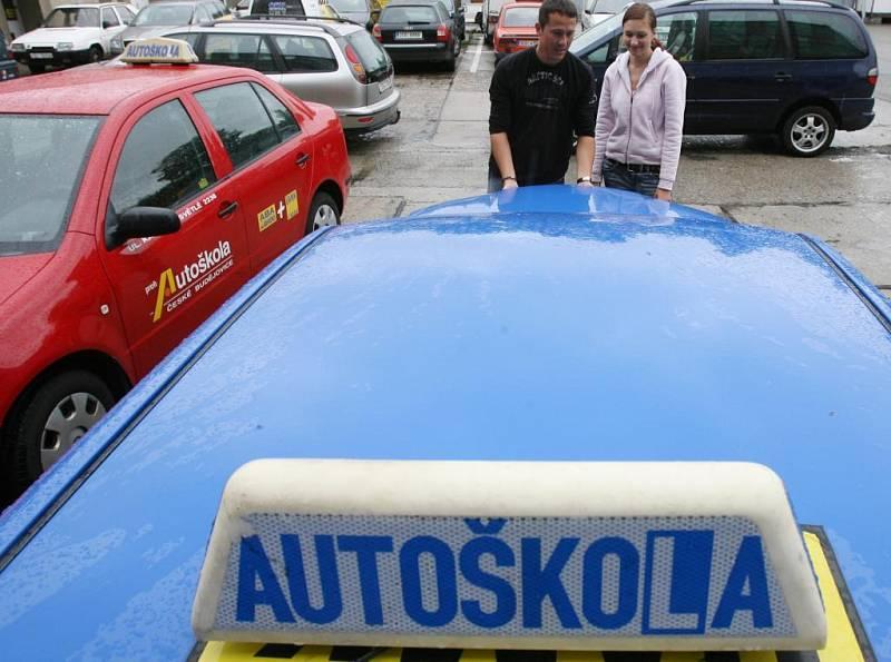 V Česku je potřeba každý měsíc vyzkoušet zhruba 15 tisíc žadatelů o řidičské oprávnění. V březnu a i téměř celý duben se ale nezkoušelo kvůli covidové uzávěře.
