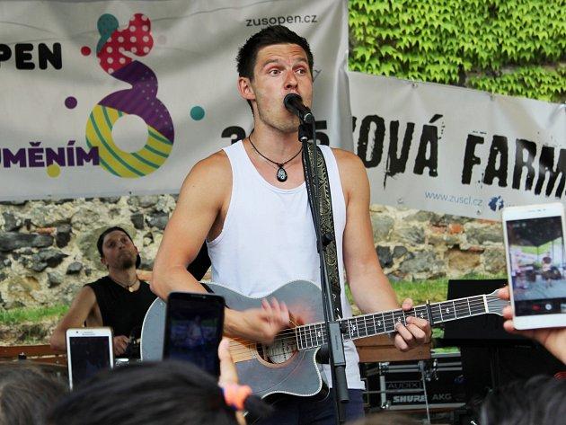 Populární zpěvák Pavel Callta se jako jeden zumělců, kteří se svému oboru učili na Základní umělecké škole vČeské Lípě, se vúterý zúčastnil prvního ročníku happeningu ZUŠ Open.