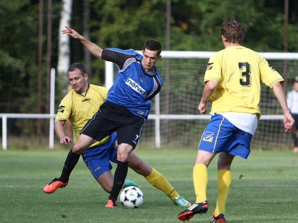 Okresní derby v Jestřebí mezi rezervou Doks (modré dresy) a českolipskou Lokomotivou přineslo zajímavou fotbalovou podívanou.