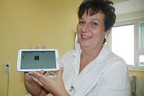 Snazší komunikaci s neslyšícími pacienty bude mít zdravotnický personál českolipské nemocnice. Pomůže mu s ní speciální tablet.