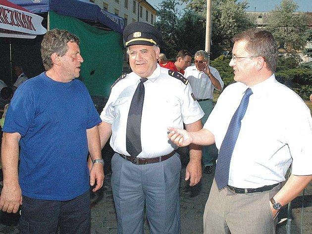Zleva Josef Kočí ze sboru dobrovolných hasičů, Jiří Kunst, ředitel HZS a poslanec Juraj Raninec