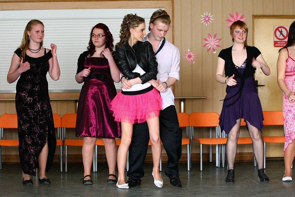 Tombola v podobě sladkostí, předtančení irských tanců či připravený tanec žáků devátého ročníku nadchl jak přítomné rodiče, tak hlavně učitele, kteří jsou podle svých slov každý rok mile překvapeni, s jakou vážností děti akci berou.