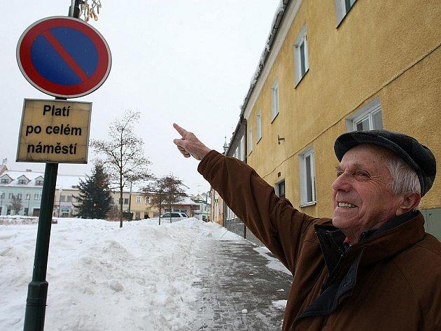 Zničíte náměstí, reagují obyvatelé Doks  na plány radnice. Ta chce kvůli zklidnění dopravy opět povolit vjezd automobilů na zdejší náměstí.
