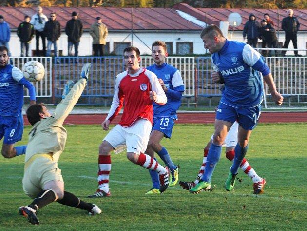 Gibala překonává kunického gólmana Šebka, ale míč skončil v zámezí.